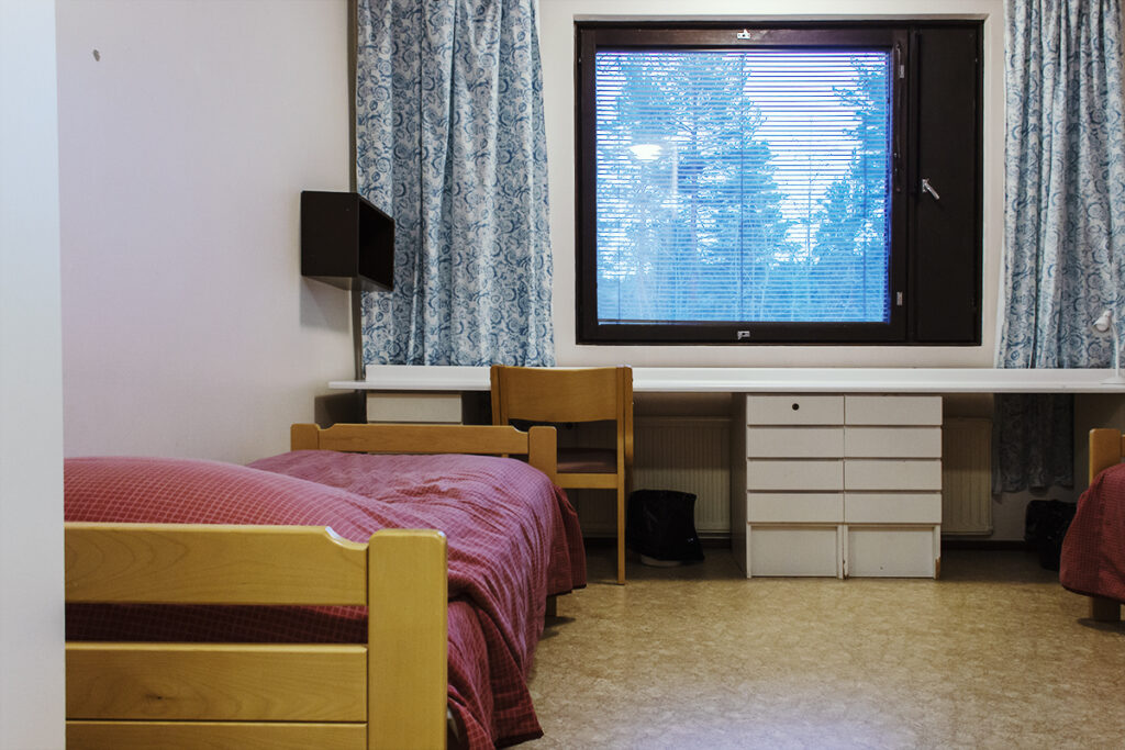 Asuntolan huone keskikäytävä